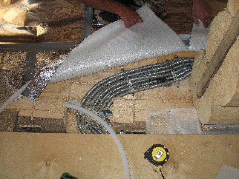 На фото приведен пример укладки проводки в металлическом бронешланге