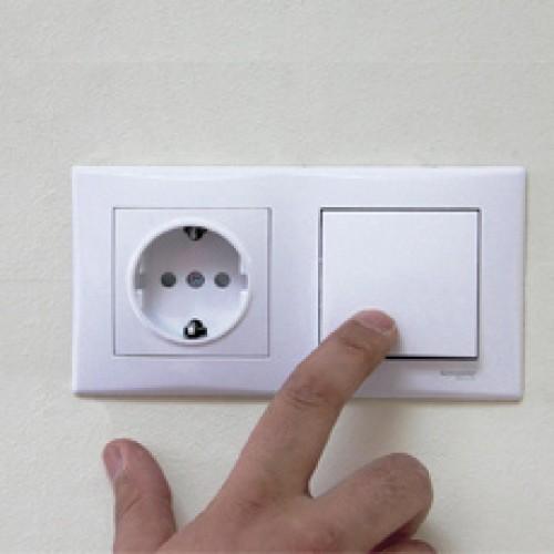 Подключаем розетку и выключатель