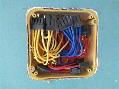 В соединительной коробке следует обеспечить запас провода