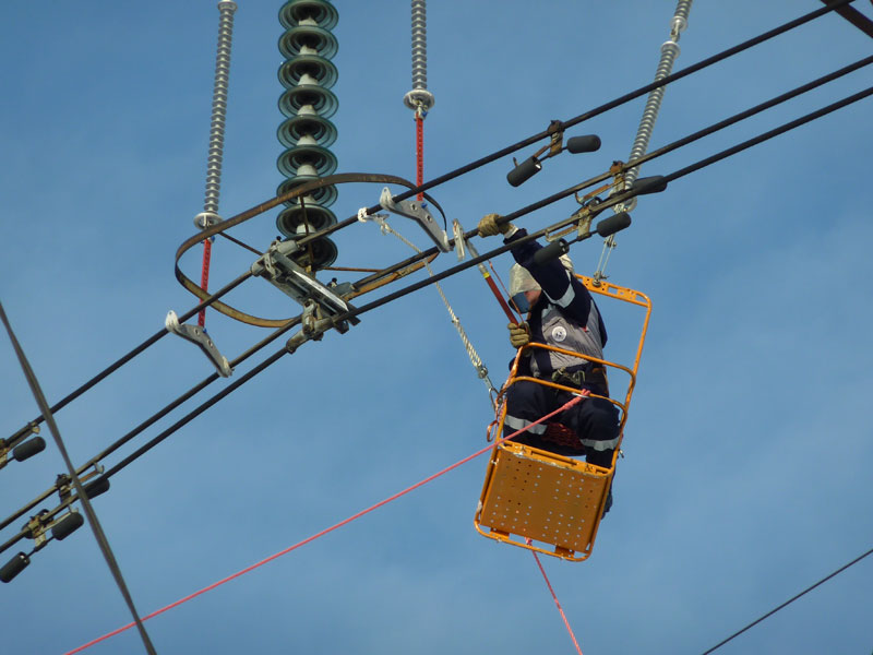 Работа человека на проводах под напряжением