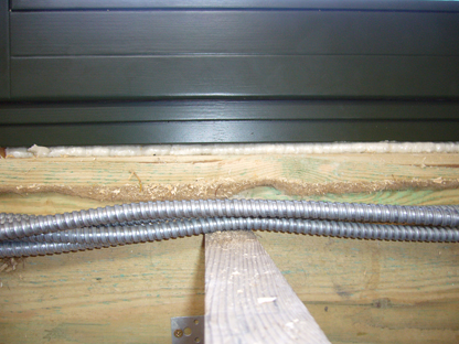 Монтаж проводки по сгораемым поверхностям