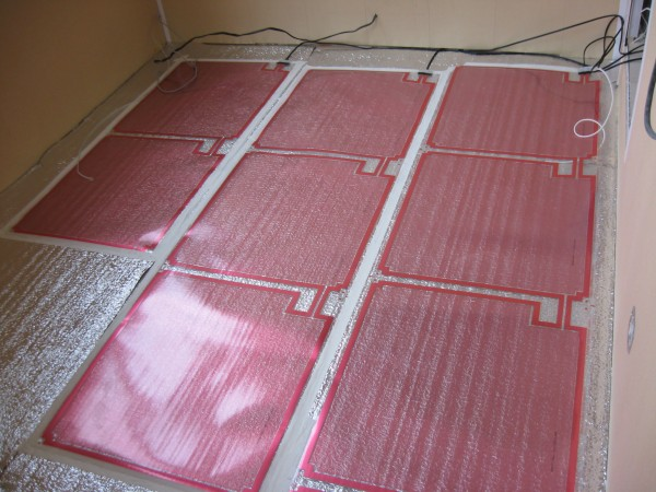 На фото биметаллический инфракрасный теплый пол