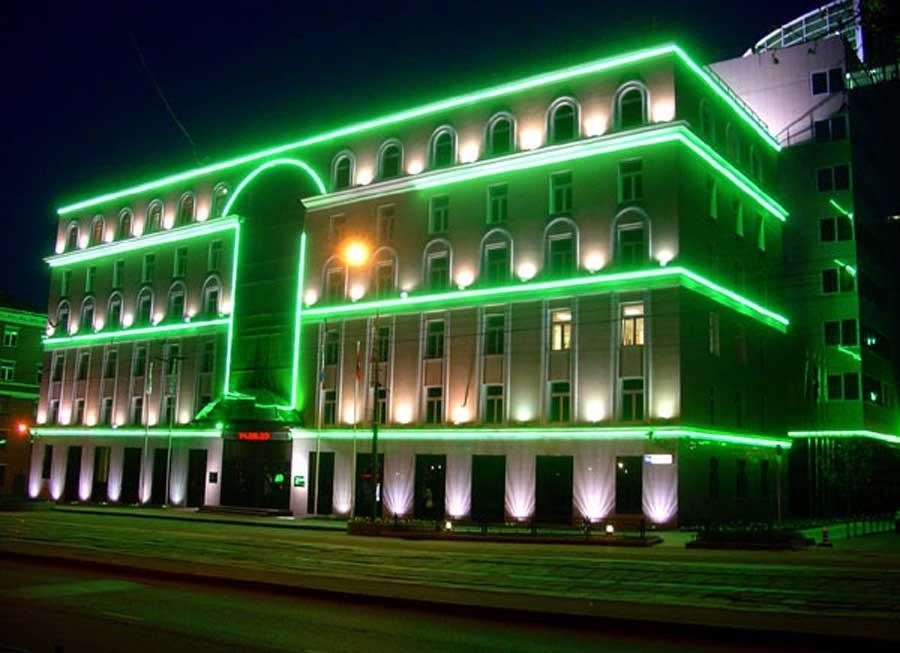 Точечная подсветка с акцентом на окна здания
