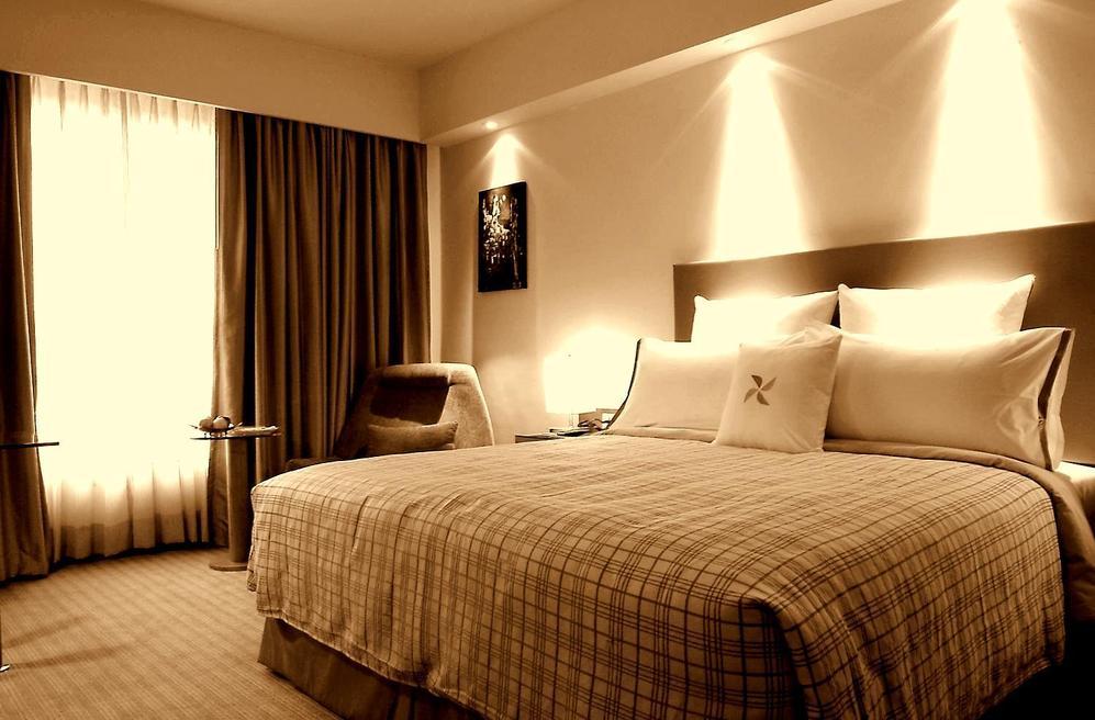 Интересный вариант освещение спальни по стене