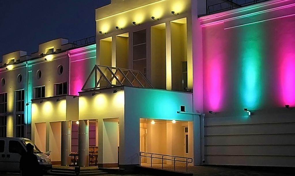 Использование разноцветных ламп на фасаде здания