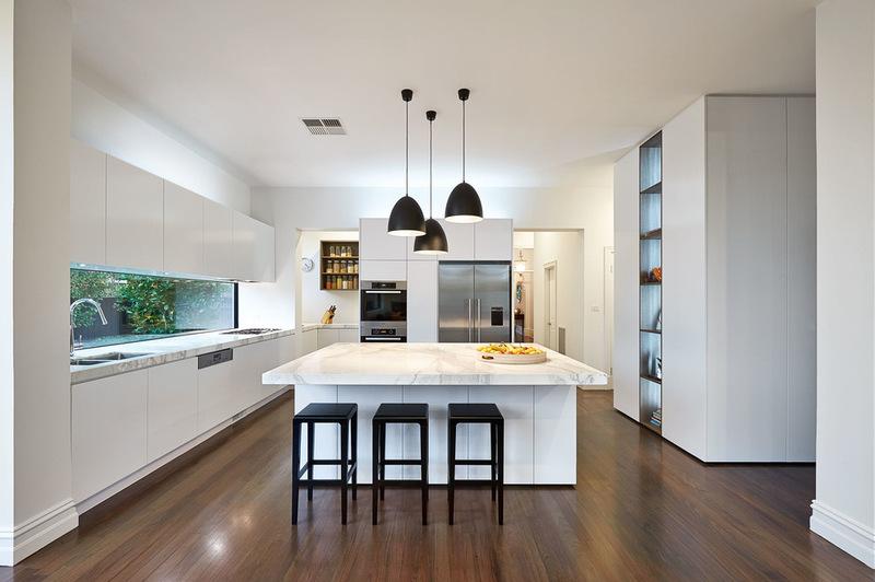 Лампы направленного белого света на кухне