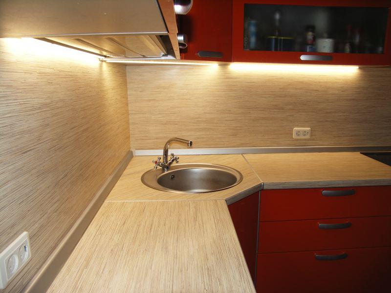 На фото, светодиодная подсветка рабочей зоны кухни