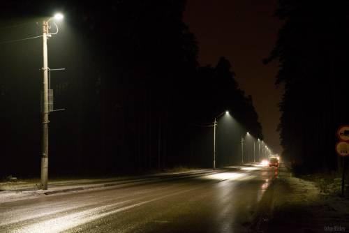 Работа устаревших фонарей с лампами накаливания. Можно наблюдать значительные неосвещённые участки