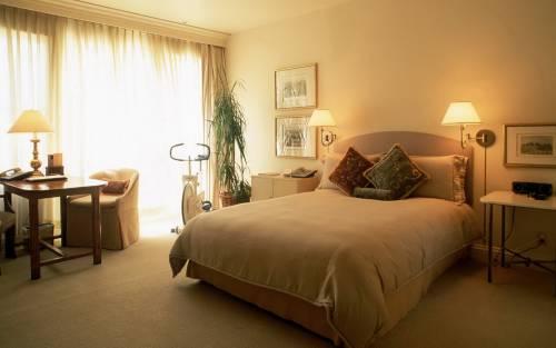 Светлая спальня со смешанным освещением