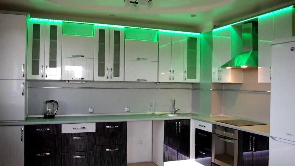 Зелёная подсветка на кухне