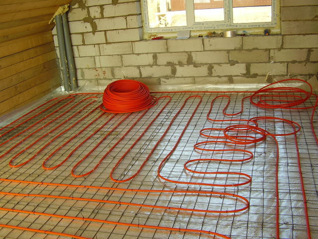 На фото электрически теплый пол на основе греющего кабеля
