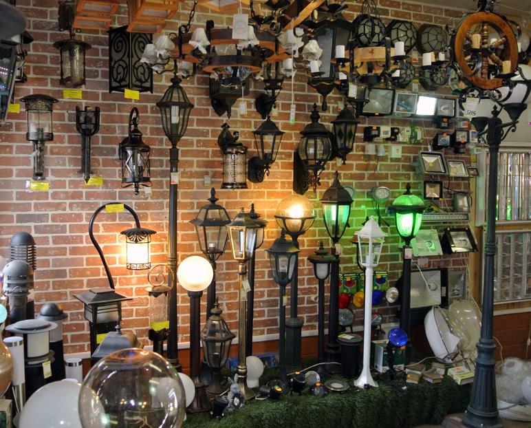 Фонарные столбы и настенные декоративные светильники