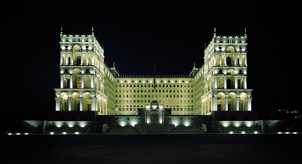 На фото, пример качественного фасадного освещения здания со сложной архитектурой