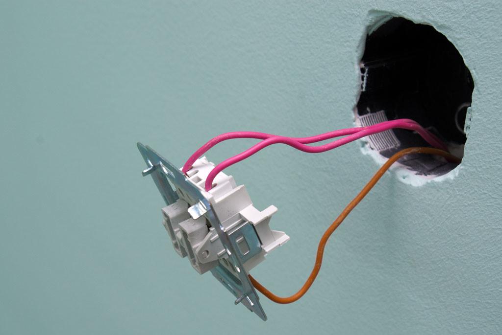 Подключаем двухклавишный выключатель