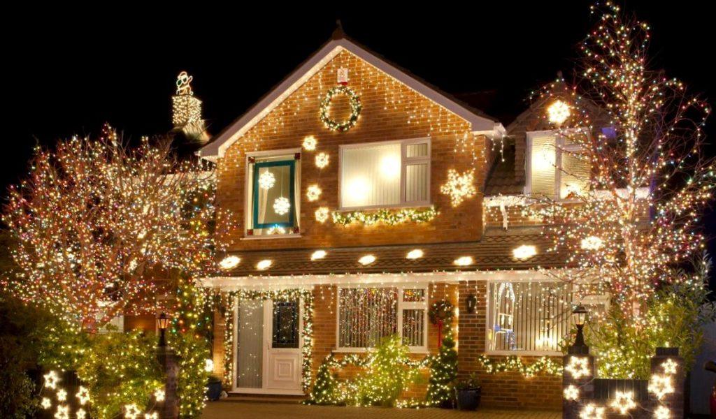 Праздничное освещение фасада частного дома