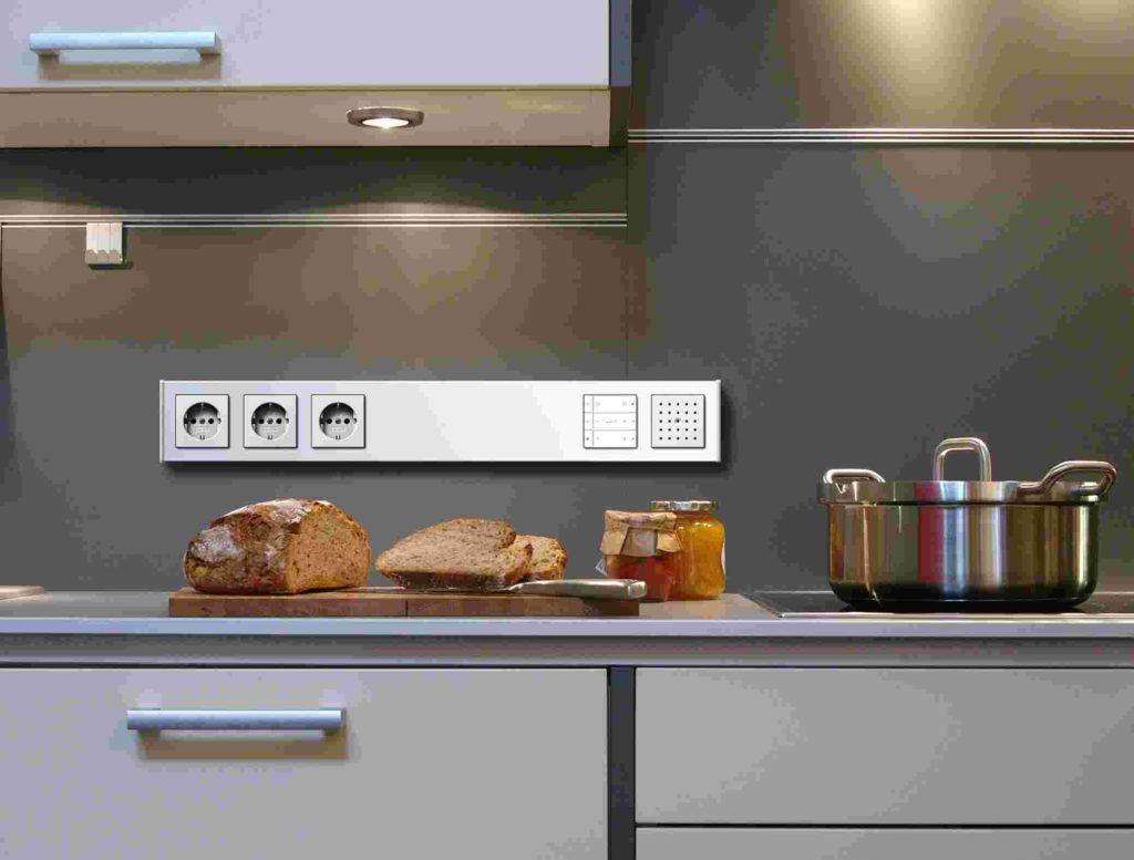 Накладные кухонные розетки, установленные на фартуке над рабочей поверхностью