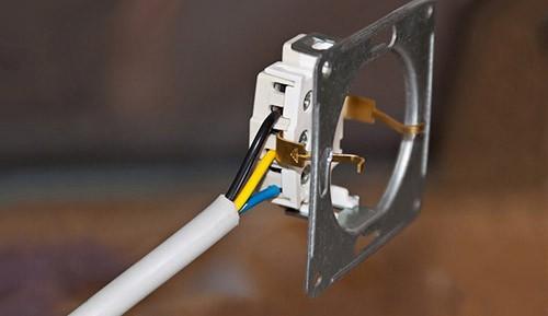 Подключить розетку от выключателя нельзя