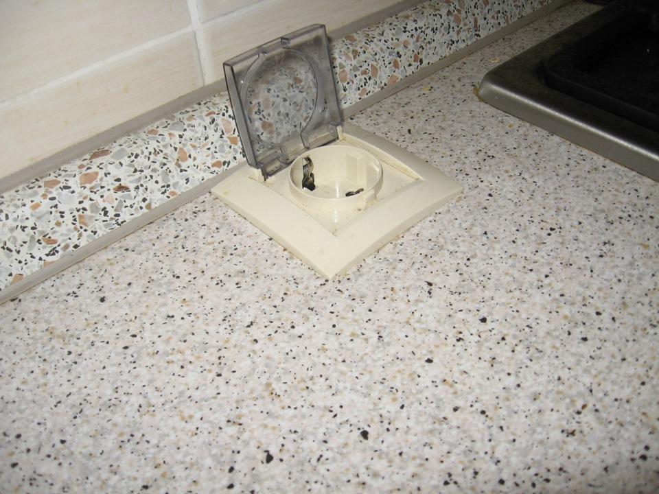 Розетка с защитной крышкой, вмонтированная в рабочую поверхность