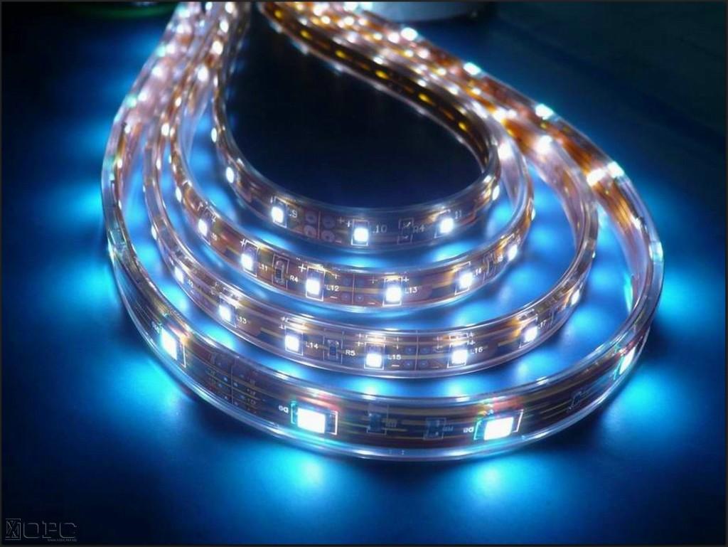 Светодиодная лента, герметично запаянная в силикон, подходит для использования на дне аквариума