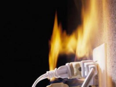 Что делать при возгорании розетки?