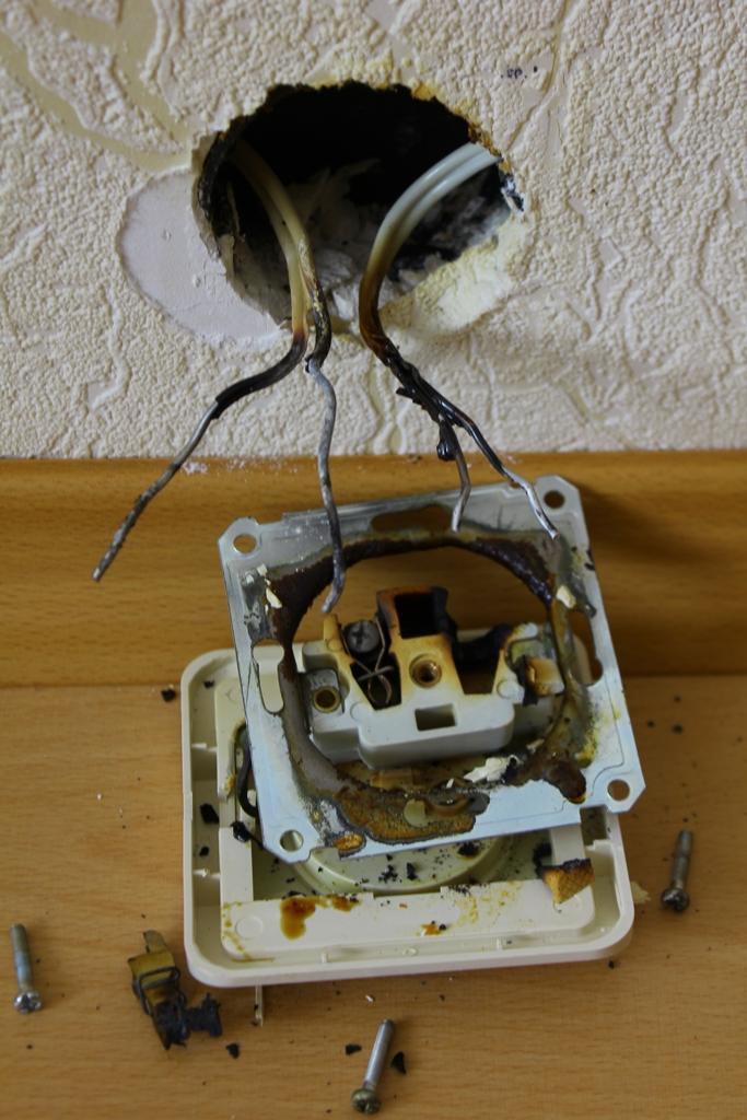способ при замыкании лампочки сгорел счетчик домов дач