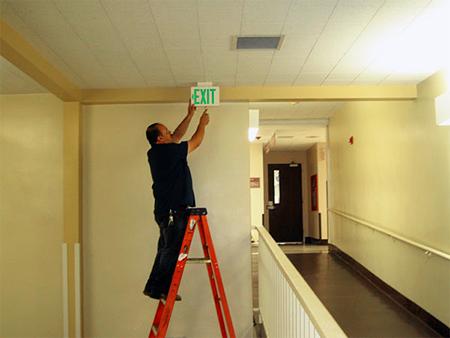 Когда следует оборудовать помещение эвакуационным освещением?