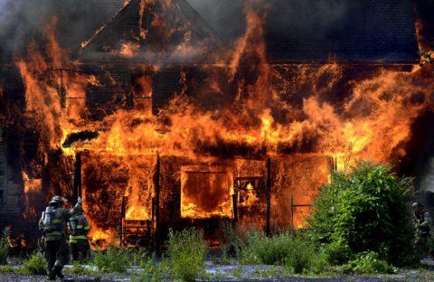 Некачественный монтаж электропроводки в доме деревянном – частая причина пожаров