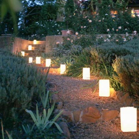 Освещение садовой дорожки невысокими столбиками