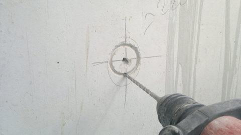 Коронка оставляет след на стене