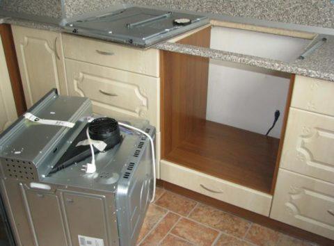 Установка розетки за плитой