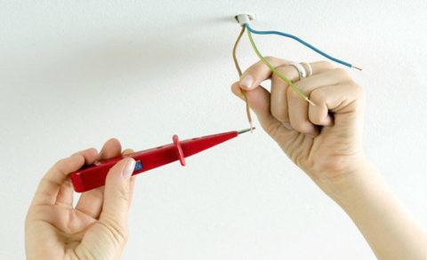 Для проверки отсутствия напряжения можно воспользоваться однополюсным индикатором напряжения