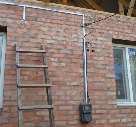 Монтаж провода по фасаду дома