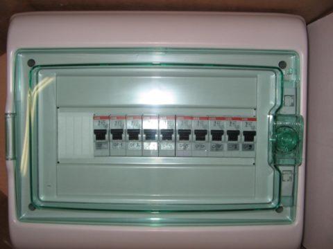 Отключаем автоматы в квартирном щитке освещения