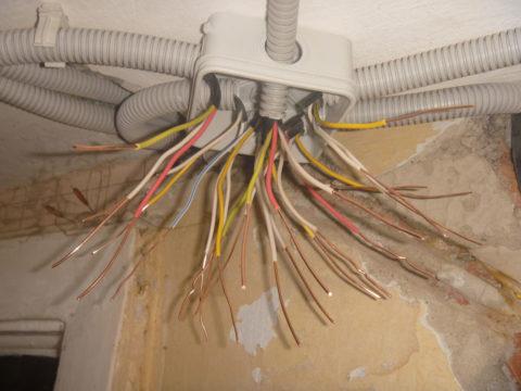 «Рассыпаем» провода в распределительной коробке