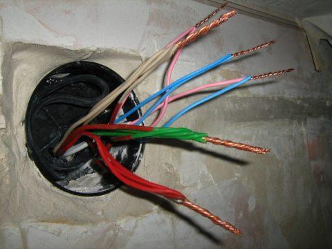 Разбираемся с соединением проводов в распределительной коробке
