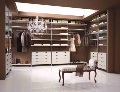 Отраженное от потолка, общее освещение в гардеробной