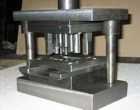 Совмещенный штамп для вырубки по контуру и пробивки отверстия