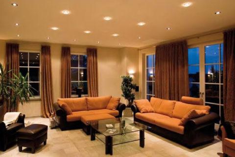 Теплое общее освещение гостиной