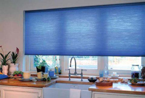 Рулонная штора на окне в кухне