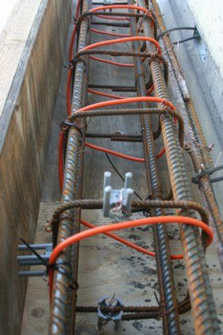 Монтаж греющего провода перед замоноличиванием ленточного фундамента