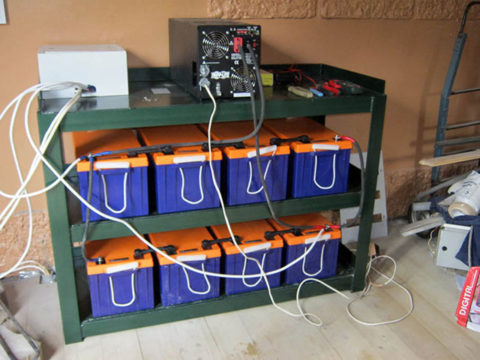 На фото инвертор для аккумуляторной батареи