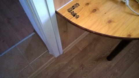 На фото проводка огибает дверной проем по закрепленному рядом с наличником кабель-каналу