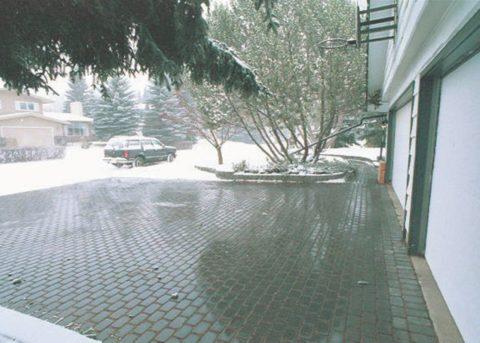 Площадка перед гаражом снабжена кабельным обогревом