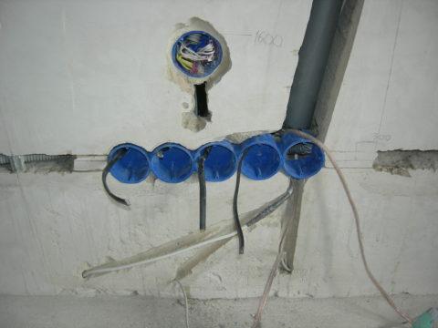 Провода скрытые в пробитых в стене штробах