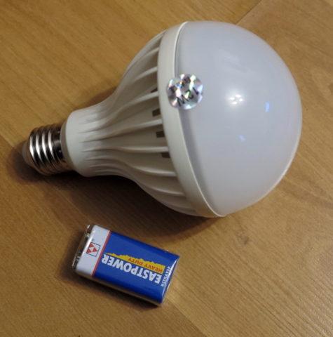 Такая лампа, просто-напросто, не влезет в рожок старой люстры