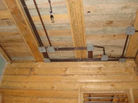 В деревянном доме проводка разводится в металлических трубах или металлорукавах