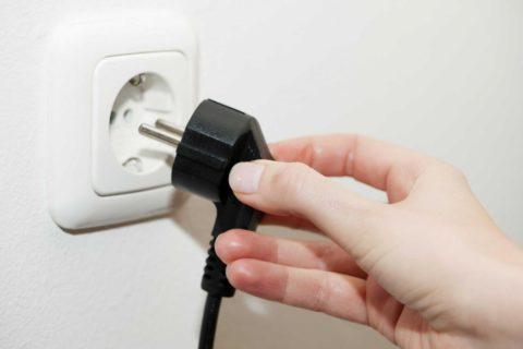Электрический ток появится тогда, когда появится нагрузка, а для этого нужно вставить вилку в розетку
