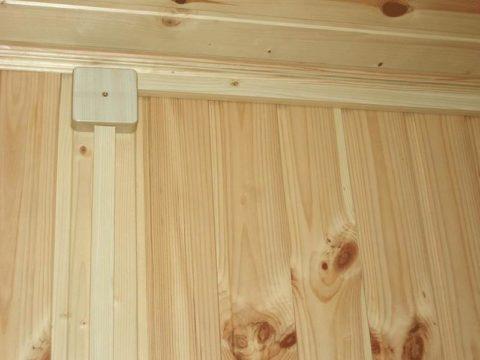 Использование виниловых коробов в деревянном доме противоречит правилам эксплуатации электроустановок и пожарной безопасности