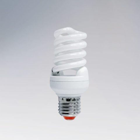 Компактный люминесцентный светильник с преобразователем питания в цоколе