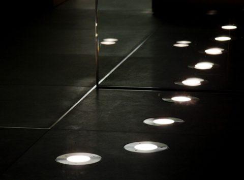 Лампы, вмонтированные в пол